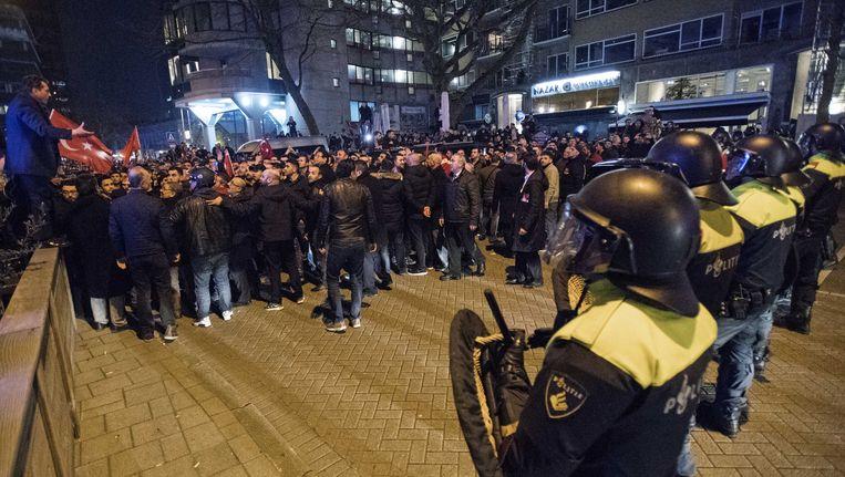 Mobiele eenheid beëindigt op 11 maart een grote demonstratie bij het Turkse consulaat aan de Westblaak. Minister Fatma Betul Sayan Kaya van Familiezaken werd daar de toegang tot het consulaat onmogelijk gemaakt. Beeld anp