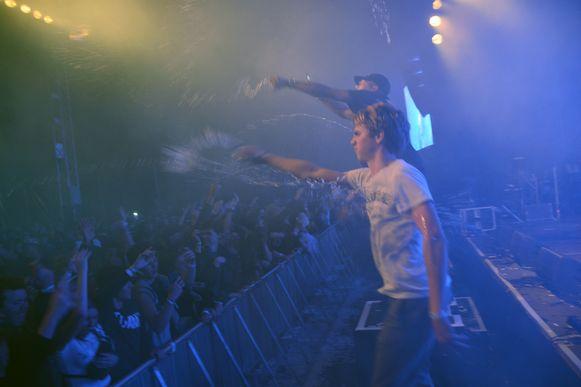 Moet er nog water zijn? Rapper K1D dacht duidelijk van wel en nodigde zelfs mensen uit het publiek uit om flesjes leeg te spuiten.