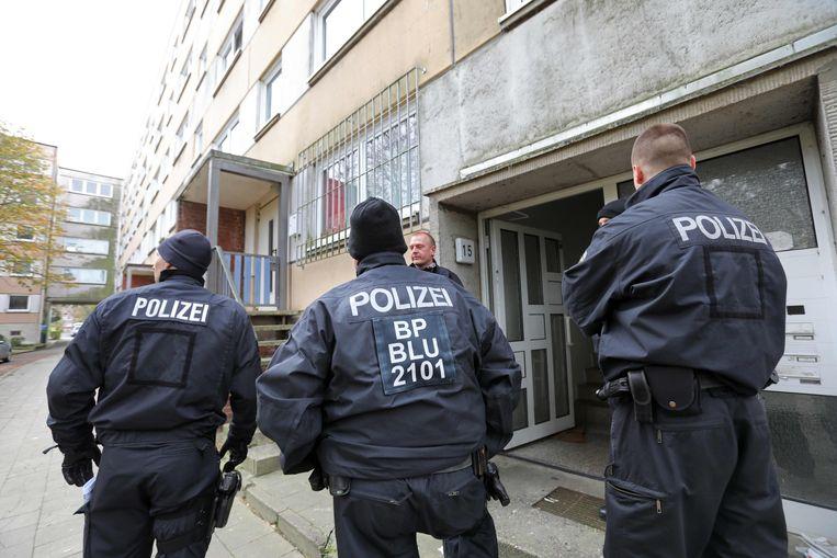 Duitse politieagenten voor het appartement waar de 20-jarige Syriër Yamen A. verbleef.