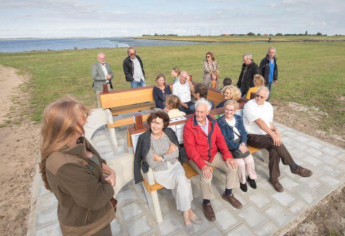 Even proefzitten op de nieuwe klapbank in Anna Jacobapolder. Annie Vleghels (vooraan zittend, links) en Ineke krijger (vooraan zittend, derde van links) kunnen er naar zichzelf luisteren.