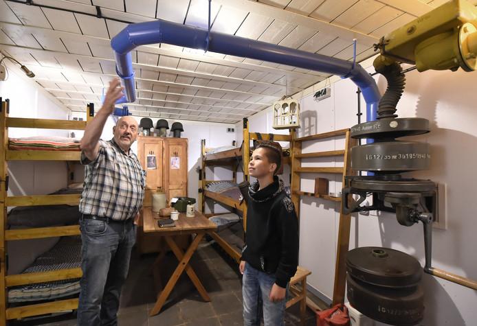 Henk meijer (links) vertelt Bryan van de Hoofd hoe de 'Lufter' gifgas buiten de deur hield en zuivere lucht aanvoerde.