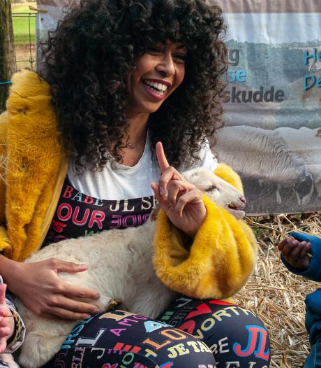 Fenna Ramos noemt eerste Rhedense adoptielammetje naar zichzelf