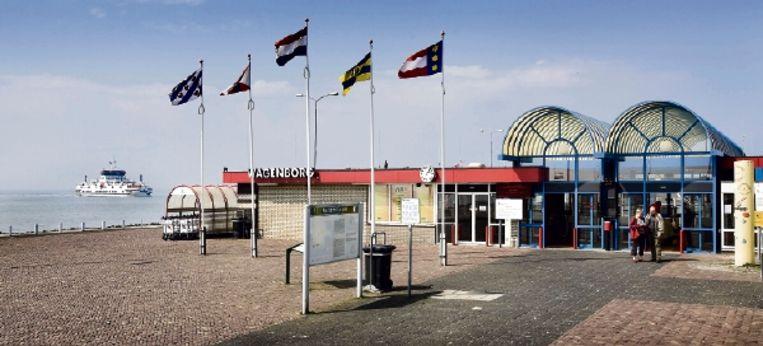 Toeristen zien meestal niet meer van Holwerd dan de haven van het veer naar Ameland. Het dorp zint op plannen om mensen Holwerd in te halen. (FOTO WERRRY CRONE, TROUW ) Beeld