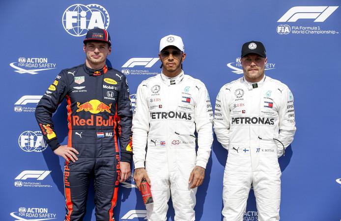 Max Verstappen naast Mercedes-coureurs Lewis Hamilton en Valtteri Bottas.
