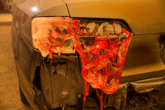 De lampen en bumpers van een auto smelten door de enorme hitte