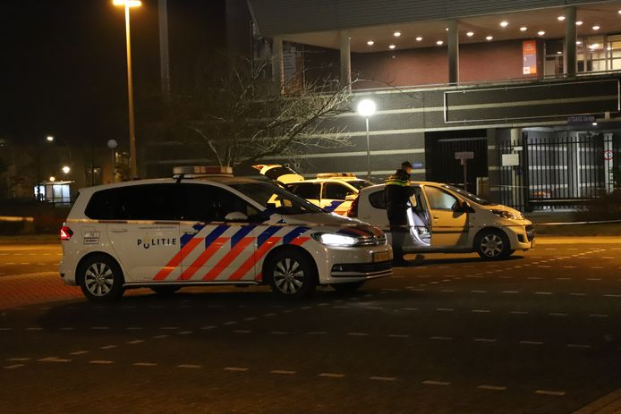 De politie onderzoekt een steekpartij op het Agorawagenplein in Lelystad.