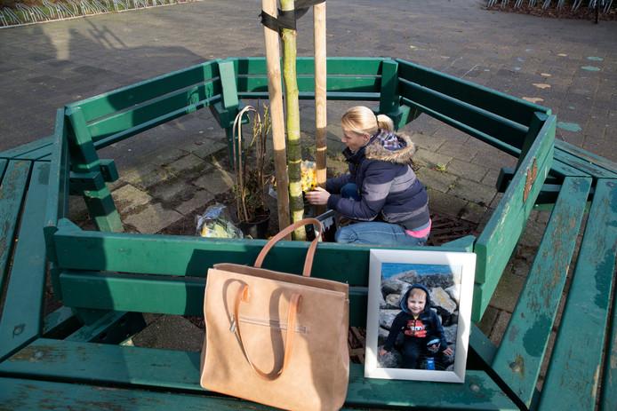 Een gedenkplek voor de 4-jarige Maurycy bij zijn school in Grootebroek.