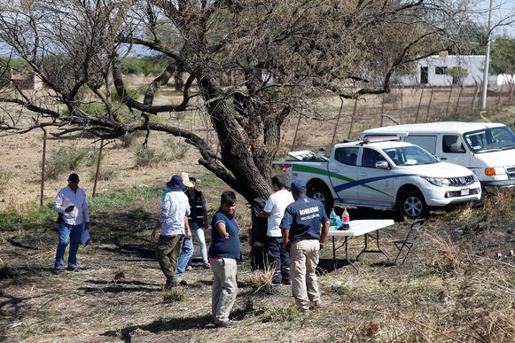 Forensisch onderzoekers op de plek in Ixthahuacan (Mexico), waar donderdagavond negentien in plastic zakken gewikkelde lichamen werden gevonden.