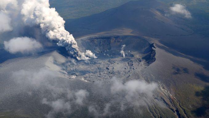 Prachtig maar dodelijk: Japanse vulkaan stuwt rook tot 1,7 km hoog