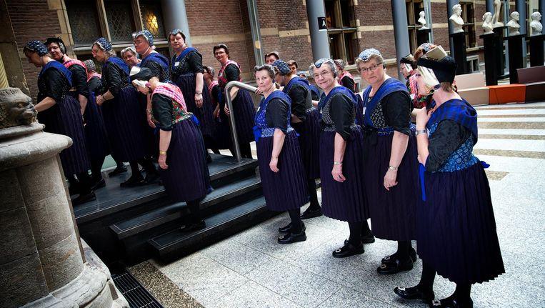 Dames uit Staphorst op bezoek bij de Tweede Kamer Beeld anp