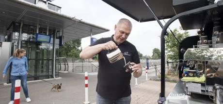 Eindelijk een kop koffie bij het wachten: Koffiekaravaan strijkt neer bij station Nijverdal