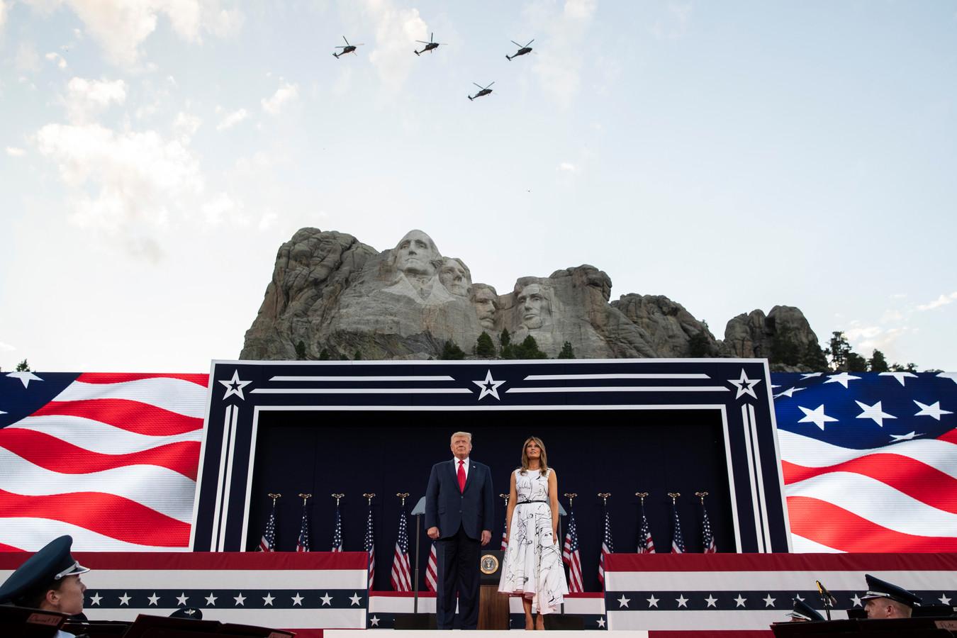President Donald Trump met first lady Melania Trump bij Mount Rushmore.