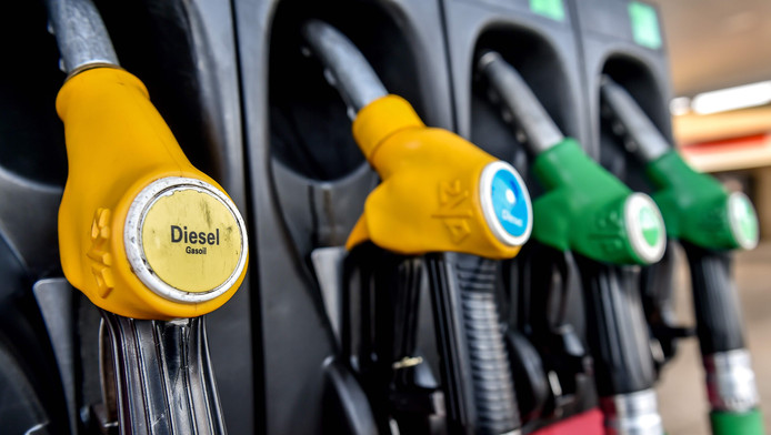 En un an, le prix du diesel à la pompe a progressé d'environ 23% et l'essence de 15% en France. En signe de protestation, une mobilisation de grande ampleur est prévue le 17 novembre en France ainsi qu'en Belgique.