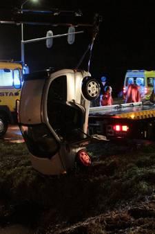 Passant bevrijdt vader en zoontje uit auto in sloot in Oosterland