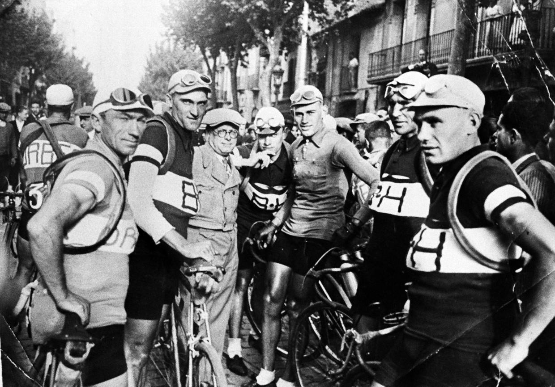 Ronde van Spanje 1935. De Nederlanders Marinus Valentijn (tweede van rechts) en Gerrit van de Ruit (vierde van rechts), met tussen hen in Vuelta-winnaar Gustaaf Deloor uit België.