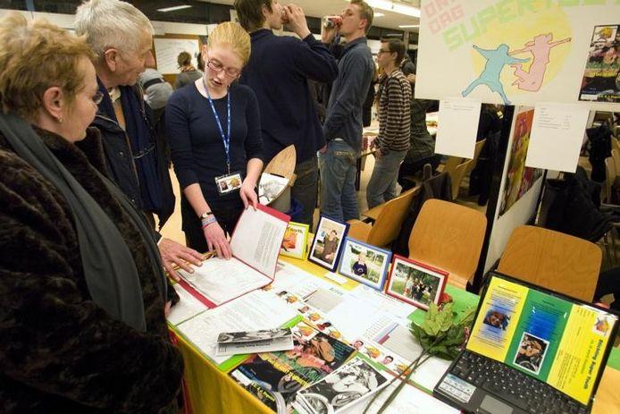 Rebecca van Dijk geeft de familie Segboer uitleg over haar werkstuk op het Dr. Knippenbergcollege. foto Kees Martens