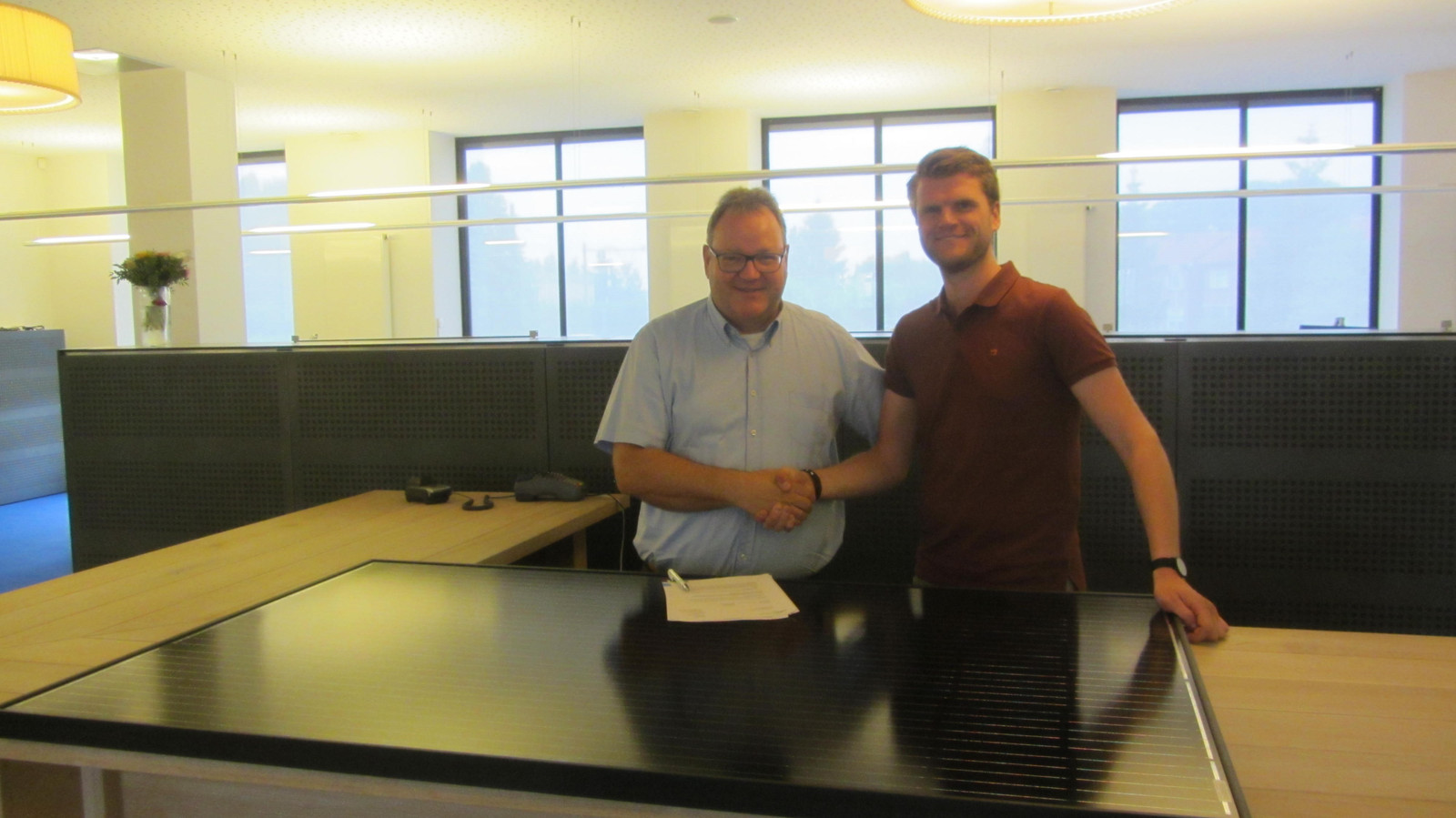 WBO-directeur Dick Mol (links) en Tim Schulte plaatsten hun handtekening onder het contract voor het project 'Duurzaam Opgewekt!'