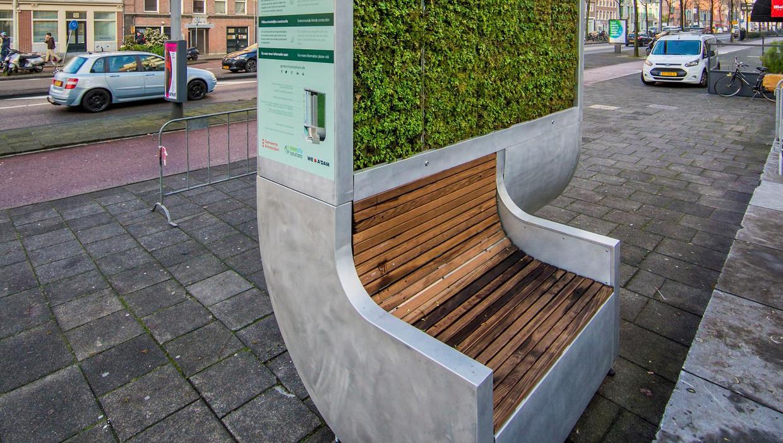 Het mospaneel annex zitbank in de Valkenburgerstraat geeft niet minder maar meer stikstofdioxide.