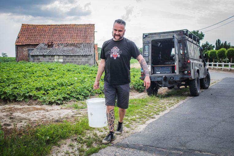 Bij vriend Rob mag het koppel af en toe een bidon van 25 liter met kraantjeswater vullen.