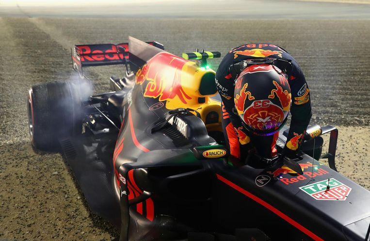 Max Verstappen klimt uit zijn wagen na zijn crash door een oververhitte achterrem. Beeld getty