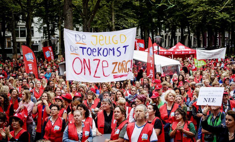 Jeugdzorgwerkers voeren actie voor meer geld voor jeugdzorg, minder administratiedruk en het stoppen van de aanbestedingswaanzin door gemeenten.  Beeld ANP / Robin van Lonkhuijsen