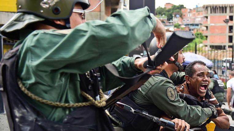 De Venezolaanse Nationale Garde treedt op tegen demonstrerende burgers in de hoofdstad van Venezuela, Caracas Beeld afp