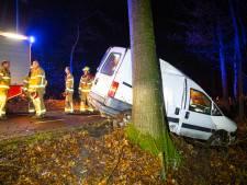 Busje schiet van weg in Oldebroek en botst op boom