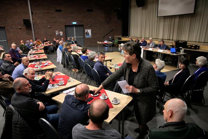 Gespreksleider Antoinette Knoet-Michels geeft een aanwezige het woord.