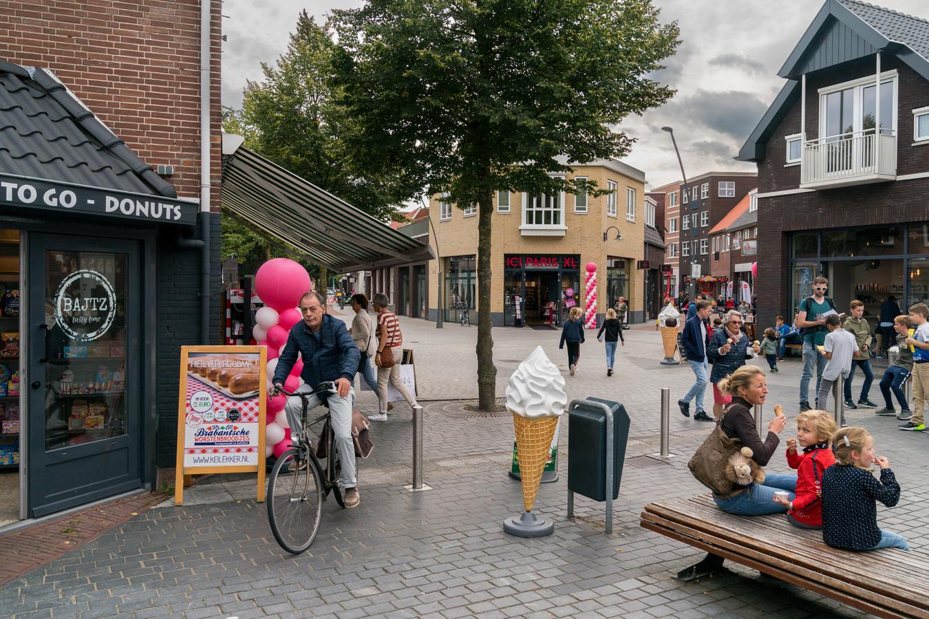 Zicht op het nieuwe centrum van Rosmalen met rechts de Harry Coppensstraat en links de Dorpsstraat.