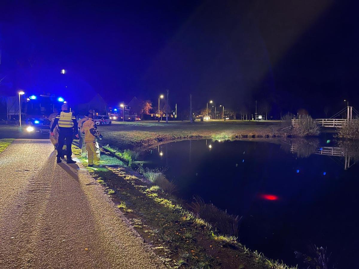Geen persoon te water, maar een fietslampje aan de Griekenlandlaan in Oldenzaal, waarvoor de hulpdiensten uitrukten.