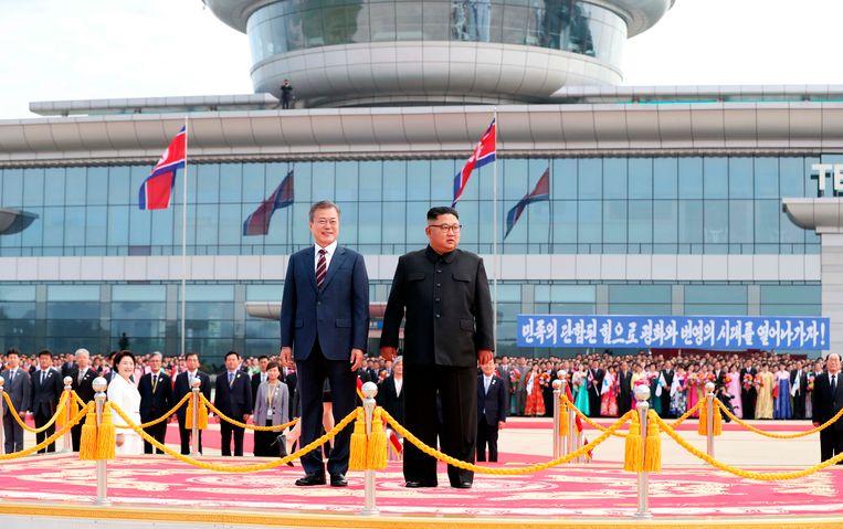 De Zuid-Koreaanse president Moon Jae-in wordt ontvangen op het vliegveld van Pyongyang. Beeld AP
