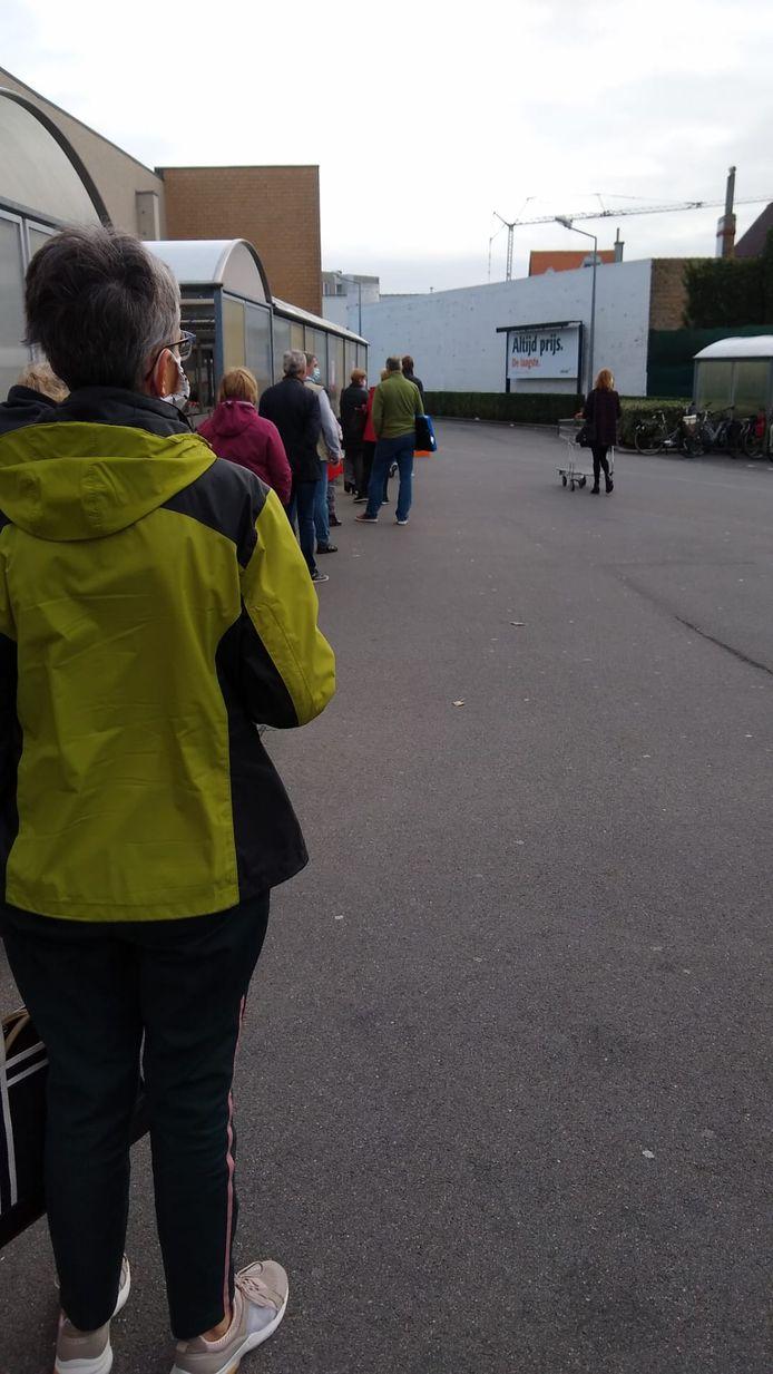 Ook een ellenlange file aan de Colruyt in Oostende.