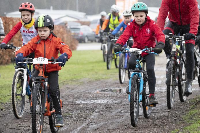 De jeugdige deelnemers aan de For Kids Only tocht kijken uit naar de modderige paden.
