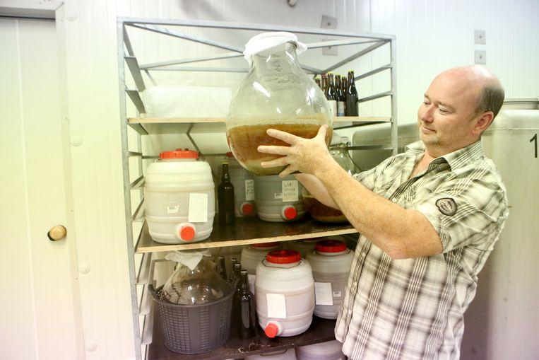 Franky Buvens inspecteert de gistcellen.