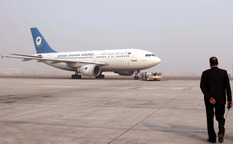 Een vliegtuig van Ariana Afghan Airlines. De luchtvaartmaatschappij zegt dat het neergehaalde vliegtuig niet van hen is. Beeld EPA