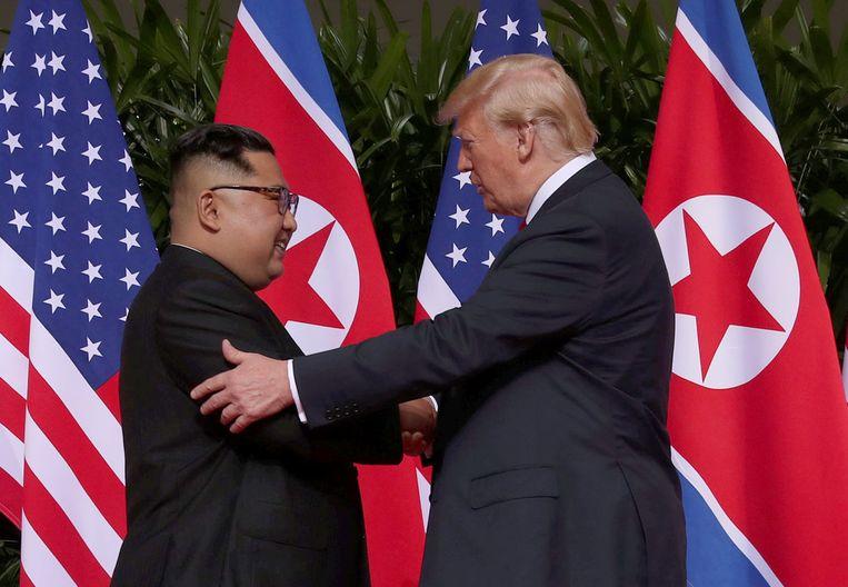 Het moment waarop de twee voormalige kemphanen elkaar eindelijk de hand schudden.