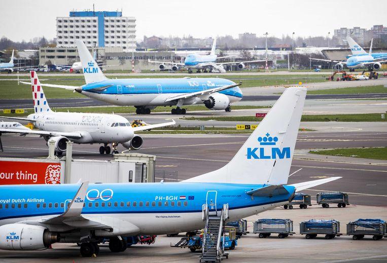 Een vliegtuig van KLM gezien vanaf het Panoramaterras. Op luchthaven Schiphol is het rustiger dan normaal. Meerdere luchtvaartmaatschappijen schrapten vluchten in verband met het coronavirus Covid-19. ANP REMKO DE WAAL Beeld ANP