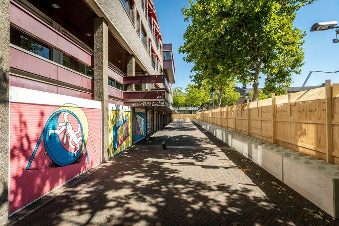 Het zogenaamde MO-gebouw op het Stadhuisplein in Eindhoven. Hier is de sloop al begonnen en weer stilgelegd.