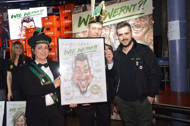 Glen van' Smosj' ontvangt zijn karikatuur van prins Chena en Karnavalraadvoorzitter Pascal Carael.