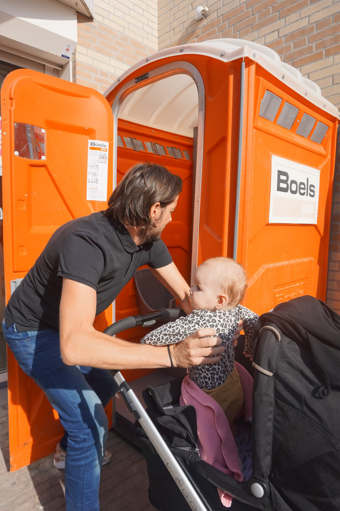 Niet alleen vrouwen, maar ook mannen (of specifieker: vaders) merken dat er te weinig openbare toiletten zijn. Zo testte Tilburger Dion van Meel vorig jaar nog de voorzieningen in de stad.