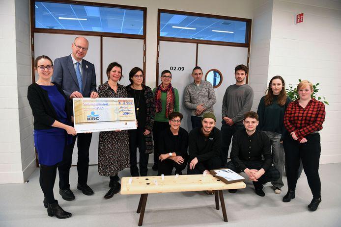 Stfran. kreeg een cheque van 2.500 euro voor de bijzondere zitbank die in de prijzen viel.