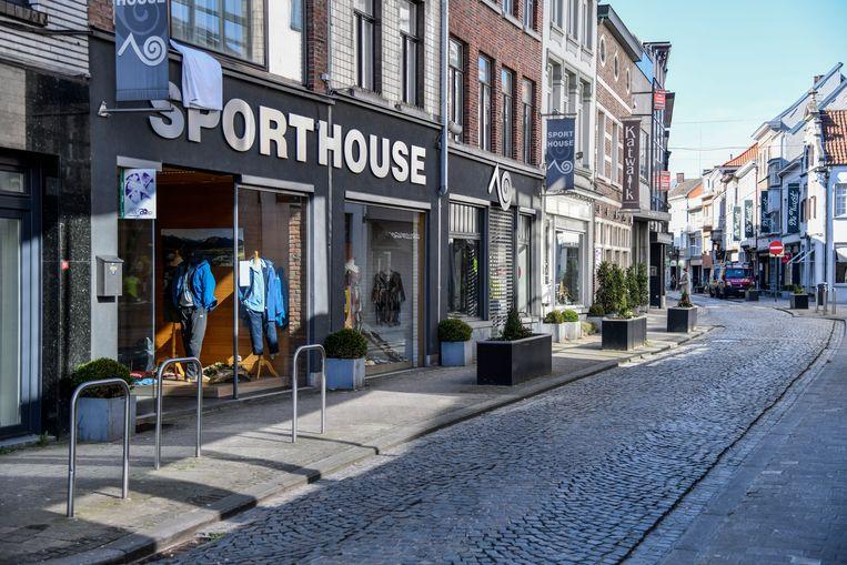 De Kerkstraat is dé winkelstraat in Lokeren, maar de winkels zijn gesloten. De uitbaters zijn aangewezen op hun webshop.
