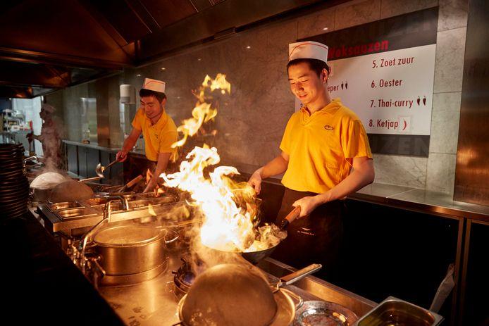 Chinese koks wokken in restaurant De Gouden Wok in het Zuiderpark in Den Haag.