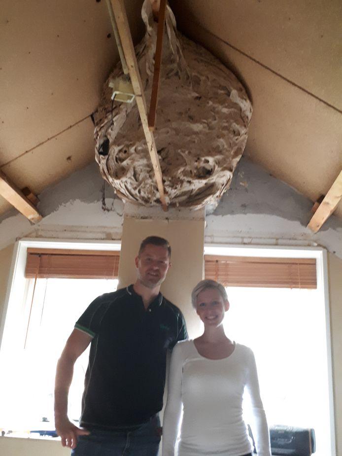 Ruud Schoemaker en Lotte Oonk vonden een enorm wespennest op hun logeerkamer aan de Schapendijk in Rijssen.