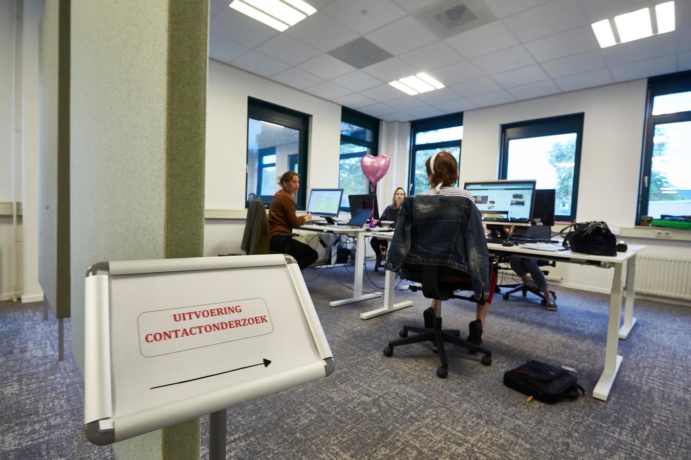 Medewerkers van de GGD Noord- en Oost-Gelderland doen bron- en contactonderzoek nadat iemand positief is getest op corona. Dit kan vijf tot acht uur per persoon in beslag nemen.