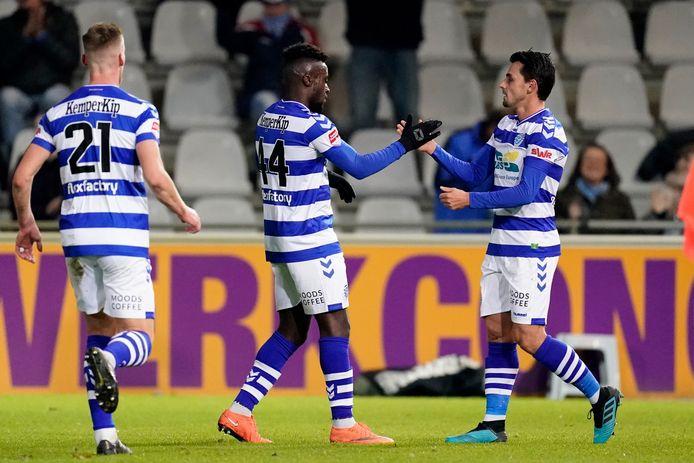 De spelers van De Graafschap vieren de 2-1 tegen Jong PSV.