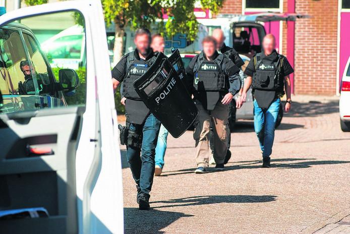 Het arrestatieteam gaat op zoek naar de gewapende indringer op de school.