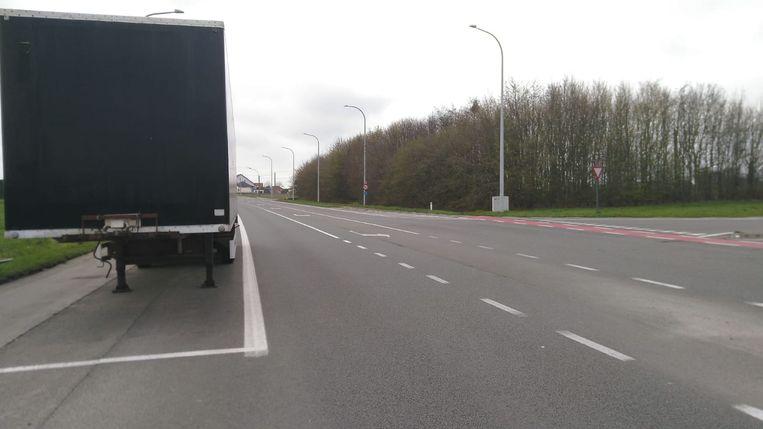 Een voorbijganger maakte deze beelden van de onveilige verkeerssituatie, met een aanhangwagen die op de nabije strook geparkeerd staat.