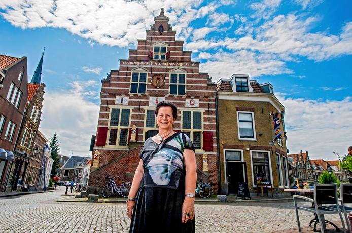 Nettie Stoppelenburg bij het Oude Stadhuis in Oudewater.