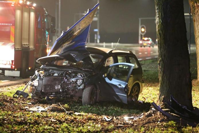 De auto kwam tegen een boom langs de N833 tot stilstand.